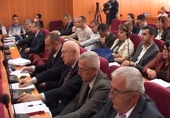 DNS ponovo protiv većine, aplauz za Ivankovića od opozicije