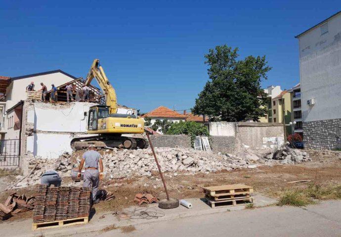 FOTO VIJEST: Počelo rušenje starih objekata kod bazena u Bregovima