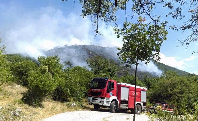 Šumski požar na Klobuku zaprijetio selu