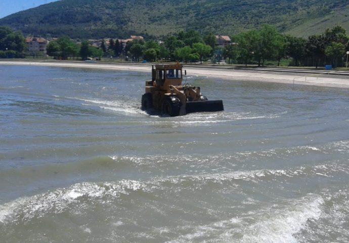 FOTO: HET čisti obalu i korito Trebišnjice
