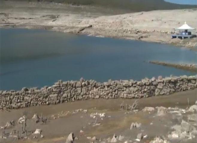 VIDEO: Iz Bilećkog  jezera izronile kuće, čatrnje, uspomene