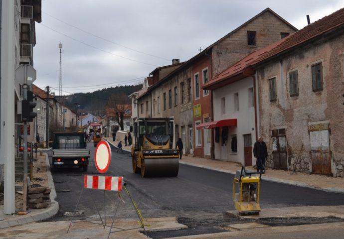 NEVESINJE: Počelo asfaltiranje Ulice Cara Dušana