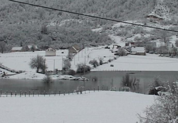VIDEO: Fenomen kod Gacka: Pećina napravila jezero koje je podijelilo selo