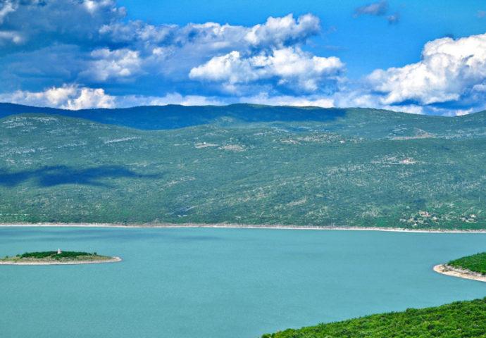Plivanje za bogojavljenski krst na Bilećkom jezeru