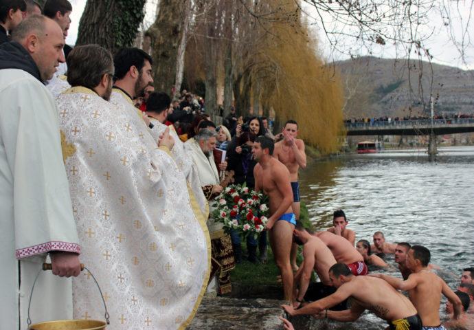 VIDEO: Kako je pod vodom izgledalo bogojavljensko plivanje u Trebišnjici