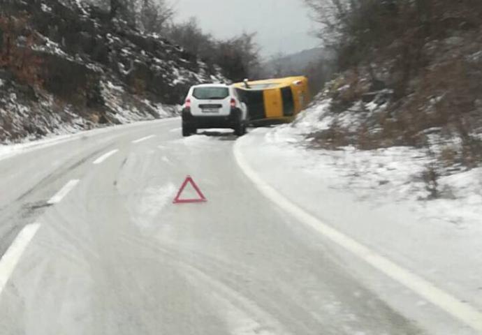 Oprez: Mokri kolovozi  – prevrnuo se automobil na Vilusima