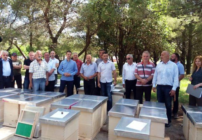 Agrarni fond donirao košnice trebinjskim pčelarima