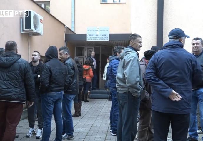 VIDEO: Radnici Komusa i Vodovoda Gacko na ulici traže plate