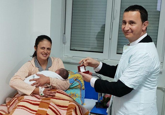 Ćurić darivao zlatnikom prvorodjenu bebu u 2019. godini
