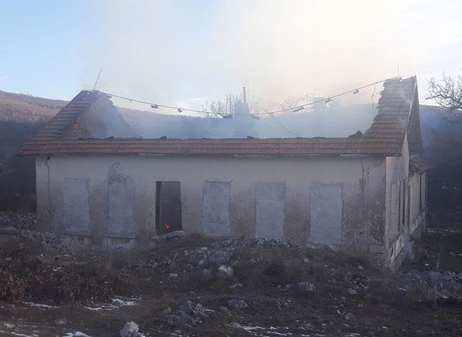 Migranti zapalili staru školu kod Ljubinja
