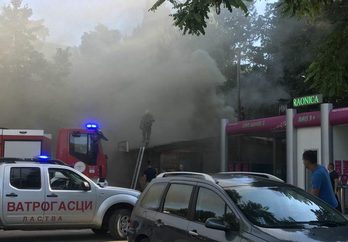 Foto: Gori roštiljnica u centru grada