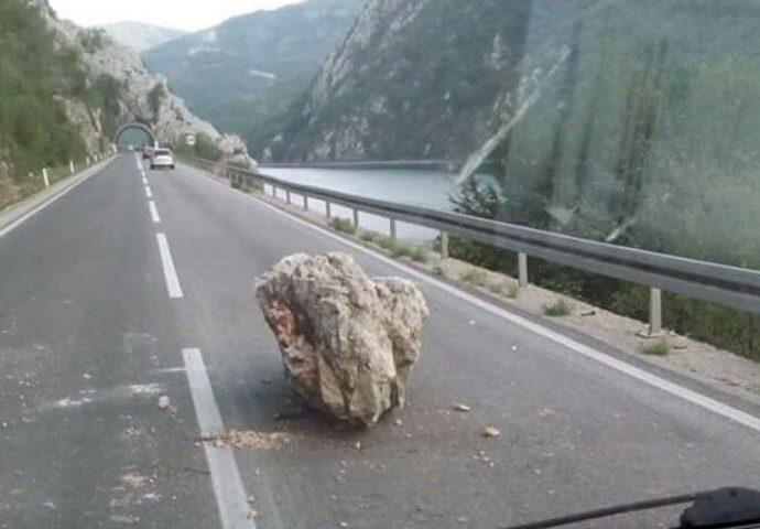 M-17: Kamen se odronio na teretno vozilo, vozač prebačen u bolnicu