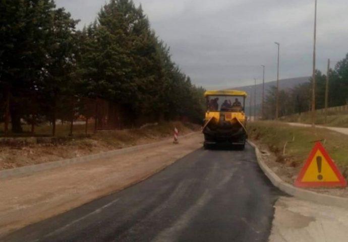 Uskoro bez rupa kroz Bileću, počelo asfaltiranje magistralnog puta