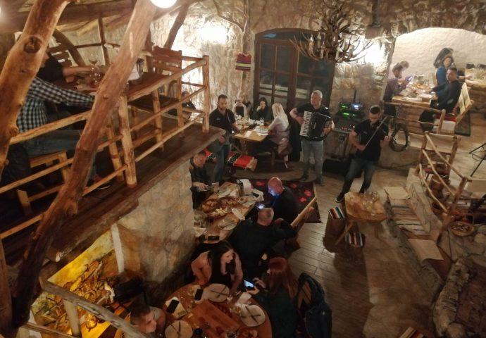Foto: Vrhunski ugođaj u Etno selu-Trebinjci prezadovoljni
