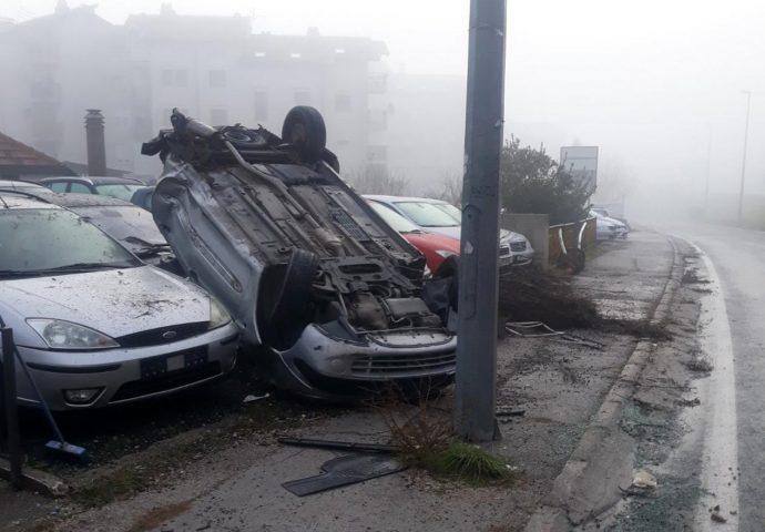 Automobilom se izvrnuo na krov i oštetio još četiri automobila