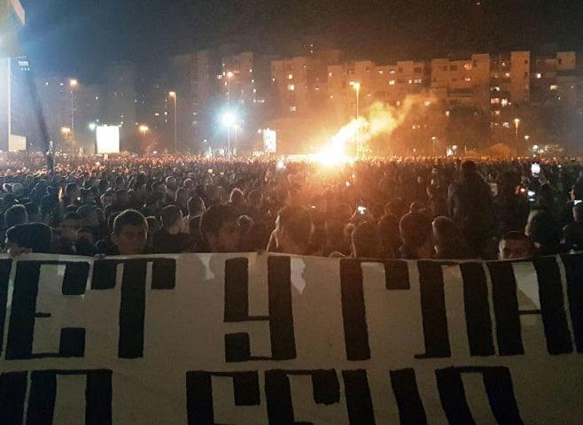 Baklje sijaju, hiljade ljudi na molebanu ispred Hrama u Podgorici