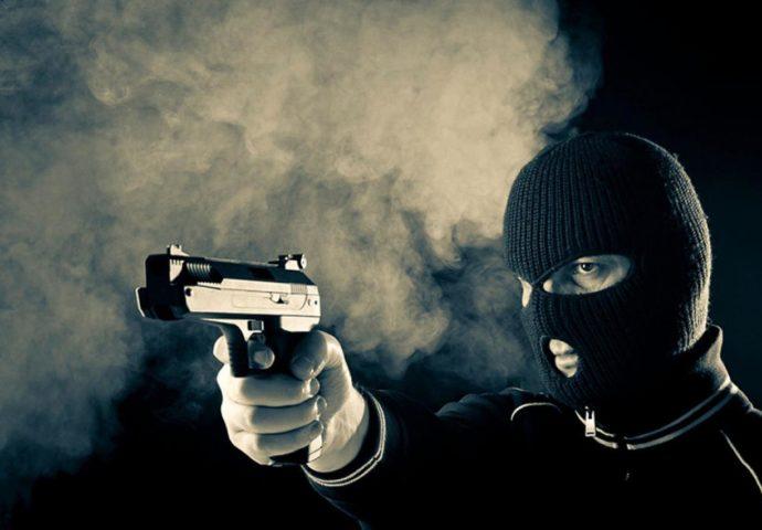Teška noć za razbojnika, još teža za mladiće: Prijeteći pištoljem oteo 10 KM