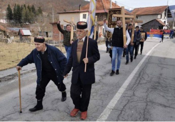 Starost ih ne zaustavlja u borbi za svetinje: Iz Murine krenula litija, predvodi je Novak Marković (99), iza njega Gojko Jokić (72)