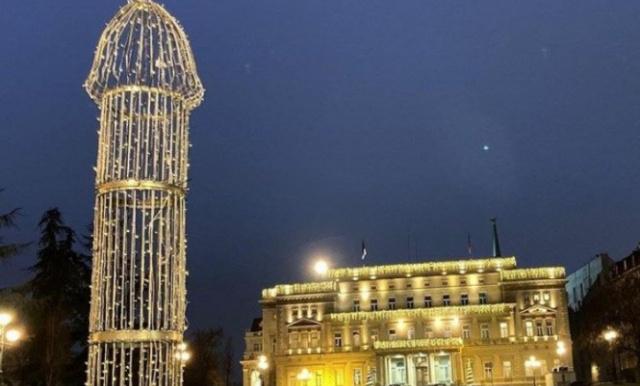 VIDEO: Zasijala  skulptura u obliku muškog polnog organa u centru Beograda