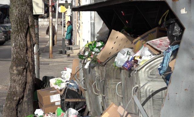 Umjesto novogodišnjih ukrasa Gacko preplavljeno smećem – Komunalci bez plate pola godine