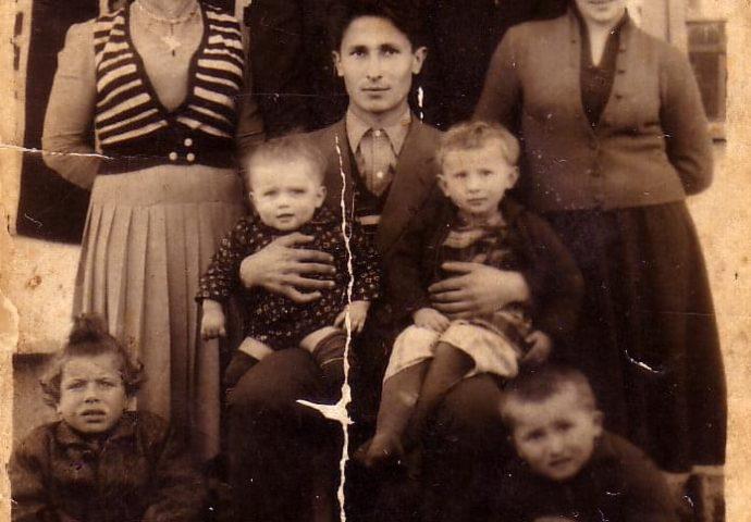 Porodična fotografija vladike Atanasija – A ovo je prva molitva koju je naučio od svoje majke
