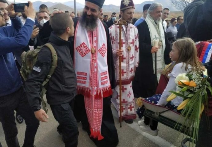 U litiji vladici Atanasiju bio je i jedan Albanac: Zove se Dušan, sa Kosova je i u Hercegovinu je stigao sa rancem na leđima