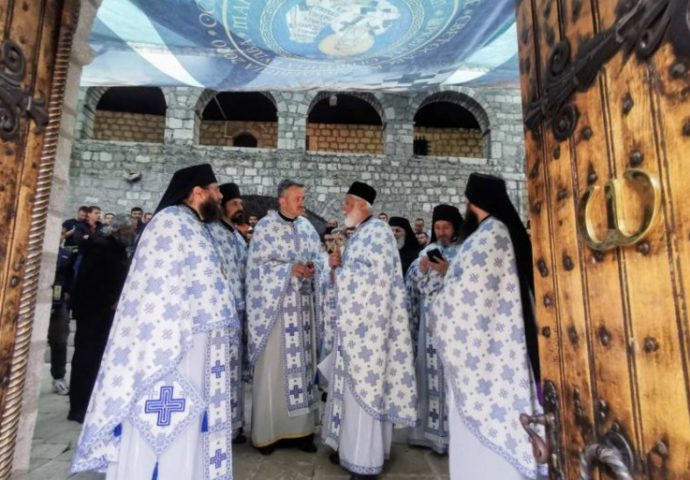"""OMILJENOM pesmom blaženopolivšeg mitropolita Amfilohija """"Ječam žela"""" sveštenici čekaju mitropolita Joanikija na Cetinju"""