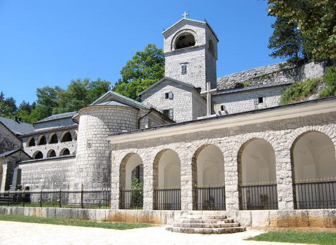 VIDEO: Ustoličenje mitropolita Joanikija; Sveštenstvo i patrijarh Porfirije krenuli na Cetinje